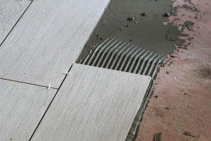 Как правильно положить плитку на стены